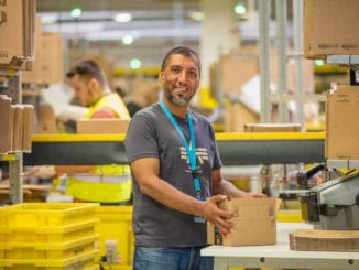 Amazon Mitarbeiter/in, Copyright Amazon | Foto: Marcus Schlaf