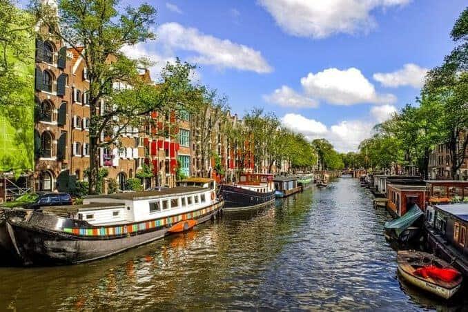 Kanal mit Booten in Amsterdam
