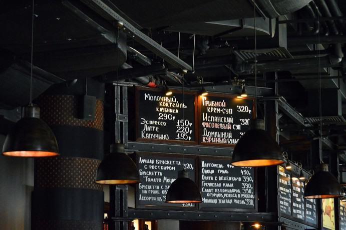 Schwarze Kreidetafel mit Speisekarte in einem russischen Restaurant
