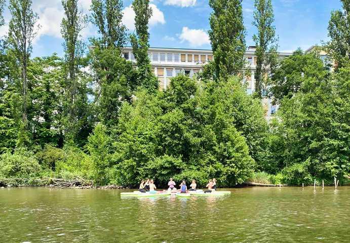 Arbeitskollegen mit Boot auf dem Main in Frankfurt
